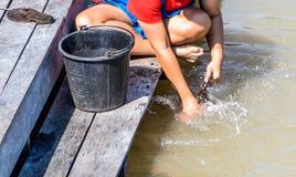 Vrouwen die kleren in de rivier wassen stock fotografie