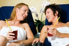 Vrouwen die in kuuroord ontspannen Stock Foto's