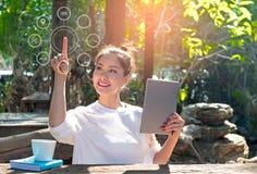 Vrouwen die laptop betalingen het online winkelen en het netwerkverbinding van de pictogramklant op het scherm gebruiken Royalty-vrije Stock Foto's