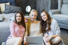 Vrouwen die laptop met behulp van Stock Fotografie