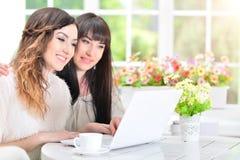 Vrouwen die laptop met behulp van Royalty-vrije Stock Afbeeldingen