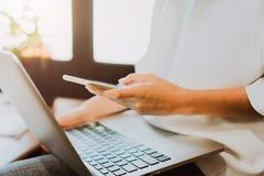 Vrouwen die laptop vooraf vertoning en technologiein opslag met behulp van Neem het uw scherm om bij de reclame te zetten Stock Afbeelding