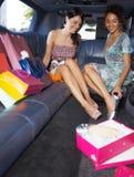 Vrouwen die in limousine winkelen Royalty-vrije Stock Foto