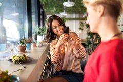 Vrouwen die lunch hebben en bij koffie fotograferen royalty-vrije stock foto