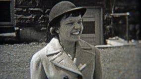 1937: Vrouwen die manierhoeden zoals bollers dragen stock videobeelden