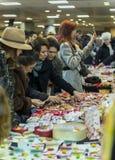Vrouwen die martisoare voor de gehouden van te vieren kopen beginnin Royalty-vrije Stock Afbeeldingen