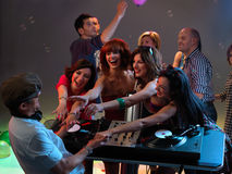 Vrouwen die met DJ in nachtclub flirten royalty-vrije stock fotografie