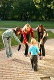 Vrouwen die met kleine jongen spelen stock afbeeldingen