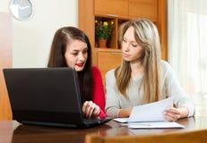 Vrouwen die met laptop werken en documets Royalty-vrije Stock Afbeelding