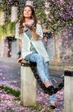 Vrouwen die met roze bloemblaadjes worden overgoten Stock Foto