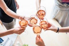 Vrouwen die met wijnglazen clinking Stock Foto