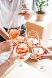 Vrouwen die met wijnglazen clinking Royalty-vrije Stock Afbeelding