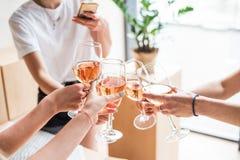Vrouwen die met wijnglazen clinking Stock Foto's