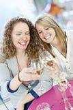 Vrouwen die met witte wijn roosteren Stock Afbeeldingen