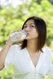 Vrouwen die mineraalwater drinken Stock Foto