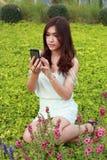 Vrouwen die mobiele telefoon spelen royalty-vrije stock foto's