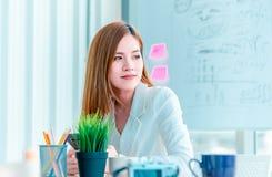 Vrouwen die in modern bureau werken, koffiepauze royalty-vrije stock afbeelding