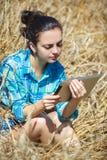 Vrouwen die notitieboekje werken Royalty-vrije Stock Foto's