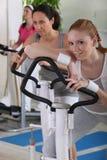 Vrouwen die oefeningsmateriaal met behulp van Royalty-vrije Stock Foto