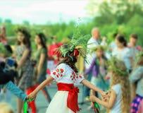 Vrouwen die Oekraïense kleren met geborduurde bloemen dragen die heidense vakantie van Ivan Kupala vieren, achtermening Royalty-vrije Stock Foto