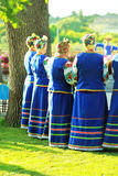 Vrouwen die Oekraïense kleren met geborduurde bloemen dragen die heidense vakantie van Ivan Kupala vieren, achtermening Royalty-vrije Stock Foto's