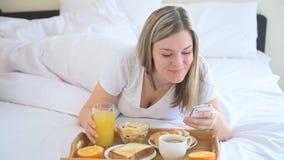Vrouwen die ontbijt in het bed hebben stock videobeelden