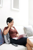 Vrouwen die op cellphone spreken Royalty-vrije Stock Afbeeldingen