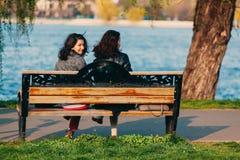 Vrouwen die op een bank zitten Royalty-vrije Stock Foto