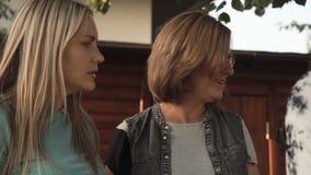 Vrouwen die op familiepartij spreken stock footage