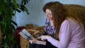 Vrouwen die op foto's letten stock video
