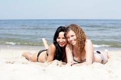 Vrouwen die op het strand ontspannen Royalty-vrije Stock Afbeeldingen