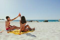 Vrouwen die op strand zonnebaden stock afbeelding