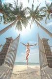 Vrouwen die op zonnige tropisch springen Stock Fotografie