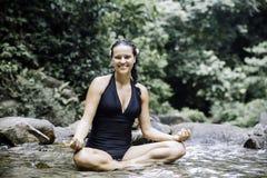 Vrouwen die in openlucht in groen park op aardachtergrond mediteren royalty-vrije stock foto