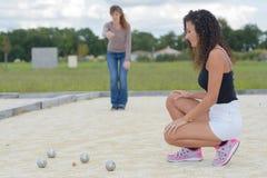 Vrouwen die openluchtboules spelen stock afbeelding