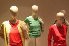 Vrouwen die opslag kleden Stock Afbeeldingen