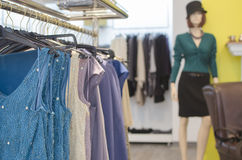 Vrouwen die opslag kleden Stock Foto's