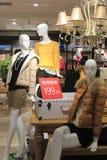 Vrouwen die opslag in tescomarkt kleden Stock Afbeelding