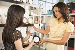 Vrouwen die in opslag winkelen. royalty-vrije stock afbeelding