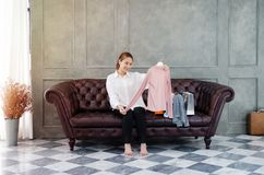Vrouwen die oranje het winkelen Gelukkige zakken dragen stock fotografie
