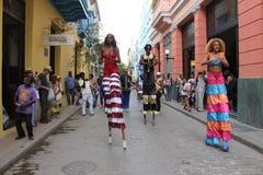 Vrouwen die in Oude Havana Street in Cuba dansen Royalty-vrije Stock Foto