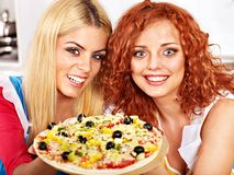 Vrouwen die pizza koken. Stock Afbeeldingen
