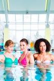 Vrouwen die in pool zwemmen Stock Foto's