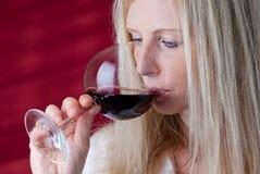 Vrouwen die rode wijn proeven. Stock Fotografie
