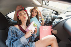 Vrouwen die rond in een auto voor de gek houden Stock Foto's
