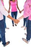 Vrouwen die roze en linten voor de holdingshanden i dragen van borstkanker Stock Foto