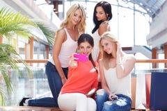 Vrouwen die selfie bij wandelgalerij nemen Royalty-vrije Stock Afbeeldingen