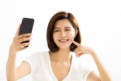 Vrouwen die selfie door slimme telefoon maken stock fotografie
