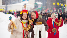 Vrouwen die Shrovetide vieren Stock Foto's