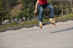 Vrouwen die skateboarder op parkeerterrein sakteboarding Royalty-vrije Stock Foto